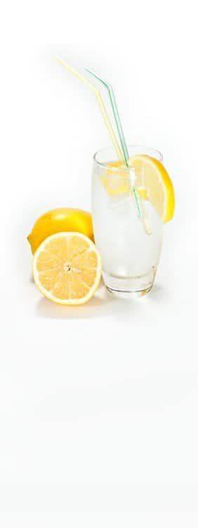 Erfrischtungsgetränk mit Zitronen